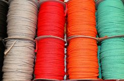 farbige Spulen des Threads und Bälle der Wolle für Verkauf im Shop Lizenzfreies Stockbild