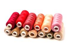 Farbige Spulen lokalisiert auf weißem Hintergrund Buntes Baumwolle-ya lizenzfreies stockbild