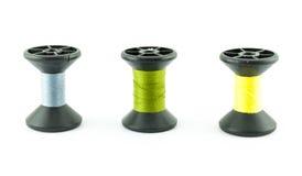 Farbige Spulen von Seidenfäden auf Spulen Stockfotografie