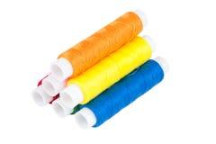 Farbige Spulen von Threads auf weißem Hintergrund Lizenzfreie Stockfotografie