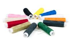 Farbige Spulen von Threads auf weißem Hintergrund Stockbild