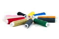 Farbige Spulen von Threads auf weißem Hintergrund Lizenzfreie Stockfotos