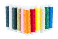 Farbige Spulen von Threads auf weißem Hintergrund Lizenzfreie Stockbilder