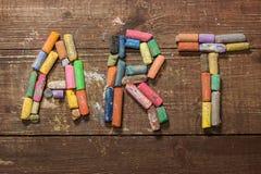 Farbige Stücke Kreide auf Holztisch Lizenzfreie Stockbilder