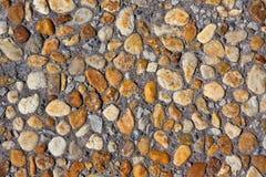 Farbige Steine auf einem grauen Hintergrund Stockfotografie