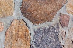 Farbige Steine auf einem grauen Hintergrund Stockbilder