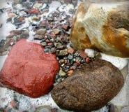 Farbige Steine bei Ostsee Stockfoto