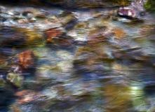 farbige Steine unter Wasser Stockfoto
