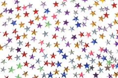 Farbige Sternkonfettis auf weißem Hintergrund Lizenzfreie Stockbilder