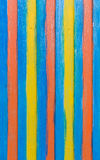 Farbige Streifen auf einer vertikalen Wand des Behälters Stockfotografie