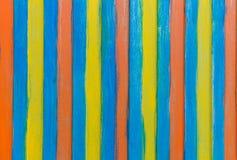 Farbige Streifen auf einer vertikalen Wand des Behälters Stockbilder