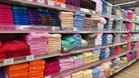 Farbige Tücher für Verkauf stockfotos