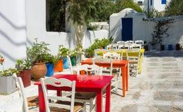 Farbige Tabellen in einem griechischen Restaurant im Freien Lizenzfreies Stockbild