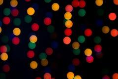 Farbige Taschenlampe, die auf dem dunklen Hintergrund flackert Lizenzfreies Stockfoto