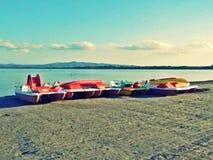 Farbige Tretboote auf dem Strand Lizenzfreies Stockbild