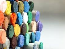 Farbige trockene Pastellzeichenstifte nah Stockbilder