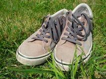 Farbige Turnschuhe im Gras Lizenzfreie Stockfotos