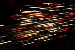 Farbige unscharfe Linien des Lichtes auf Dunkelheit Stockfoto
