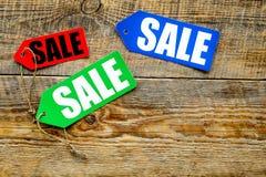 Farbige Verkaufsaufkleber auf Draufsicht des dunklen hölzernen Hintergrundes Lizenzfreie Stockbilder