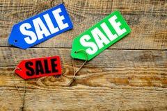 Farbige Verkaufsaufkleber auf Draufsicht des dunklen hölzernen Hintergrundes Lizenzfreies Stockbild