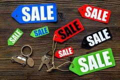 Farbige Verkaufsaufkleber auf Draufsicht des dunklen hölzernen Hintergrundes Stockfotos