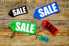Farbige Verkaufsaufkleber auf Draufsicht des hölzernen Hintergrundes Stockfotografie
