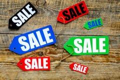 Farbige Verkaufsaufkleber auf Draufsicht des hölzernen Hintergrundes Lizenzfreie Stockbilder