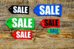 Farbige Verkaufsaufkleber auf Draufsicht des hölzernen Hintergrundes Stockbild