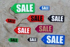 Farbige Verkaufsaufkleber auf Draufsicht des hellen Steinhintergrundes Lizenzfreie Stockbilder