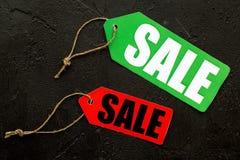 Farbige Verkaufsaufkleber auf Draufsicht des schwarzen Steinhintergrundes Lizenzfreies Stockfoto