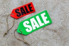 Farbige Verkaufsaufkleber auf hellem Steincopyspace Draufsicht des hintergrundes Lizenzfreies Stockbild