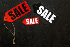 Farbige Verkaufsaufkleber auf schwarzem Steincopyspace Draufsicht des hintergrundes Lizenzfreie Stockfotografie