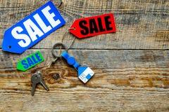 Farbige Verkaufsaufkleber und Hausschlüssel auf hölzernem copyspace Draufsicht des Hintergrundes Stockbilder