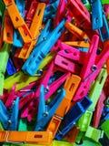 Farbige Wäscheklammern stockfoto