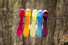 Farbige Wäscheklammern auf dem Seil Stockfotografie