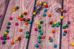 farbige Würfel mit Buchstaben, Zeichen mit hölzernen Würfeln Stockbild