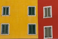 Farbige Wand mit Fenstern Lizenzfreies Stockfoto