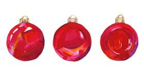 Farbige Weihnachtsbälle auf dem Baum Dekoratives Bild einer Flugwesenschwalbe ein Blatt Papier in seinem Schnabel Getrennt Lizenzfreie Stockfotos