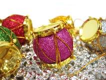 Farbige Weihnachtsdekorationtrommel über schönem Hintergrund Stockbilder