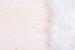 Farbige Weihnachtslichter auf einer Farbe maserten Brett gelassenen Raum FO Stockbild