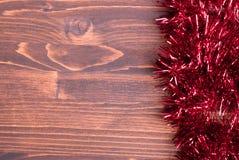 Farbige Weihnachtslichter auf einer Farbe maserten Brett gelassenen Raum FO Lizenzfreie Stockfotografie