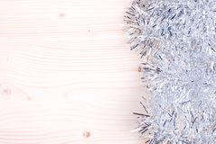 Farbige Weihnachtslichter auf einer Farbe maserten Brett gelassenen Raum FO Lizenzfreie Stockfotos