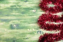 Farbige Weihnachtslichter auf einer Farbe maserten Brett gelassenen Raum FO Stockfoto