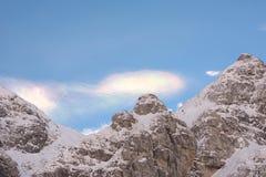 Farbige Wolke über dem Gebirgsrücken Stockfotografie