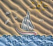 Farbige Zeichnung des Segelboots auf Sand Lizenzfreie Stockfotos