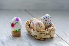 Farbige Zeichnungen auf Eiern Stockfoto