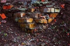 Farbige Ziegelsteine einer ruinierten Wand Stockfotografie