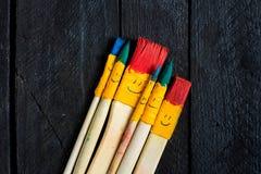 Farbiger Bürstenlächelnspaß und glücklich Stockfoto