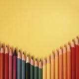 Farbiger Bleistift auf gelbem Papierhintergrund für Zeichnungsfarbkreis Stockbild