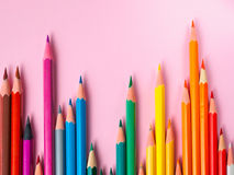 Farbiger Bleistift auf rosa Papierhintergrund für Zeichnungsfarbkreis Stockfoto